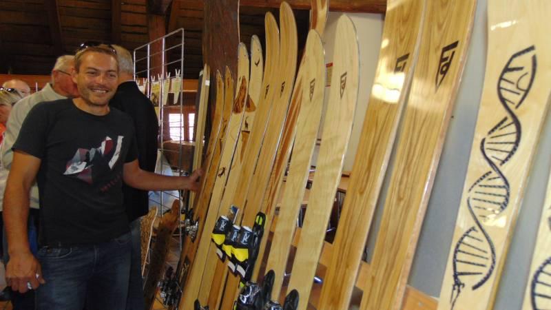 A l'occasion de l'apéritif servit à la Maison de la Montagne, l'artisan Nicolas Roux a présenté son activité de fabrication de skis en bois entièrement confectionnés à la main sur mesure, décorés et personnalisés. Nous vous en reparlerons prochainement...