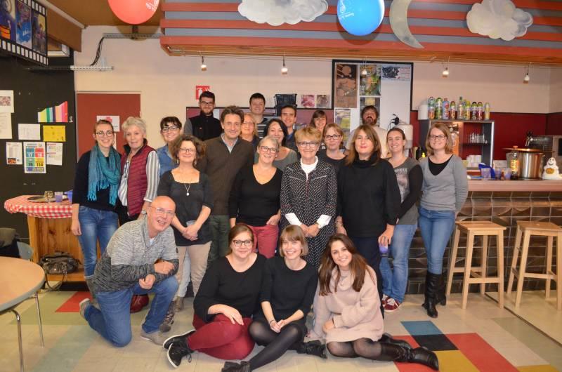 Le réalisateur Gilles de Maistre en compagnie des bénévoles de Graines des Toiles avec qui il a dîner après la séance.