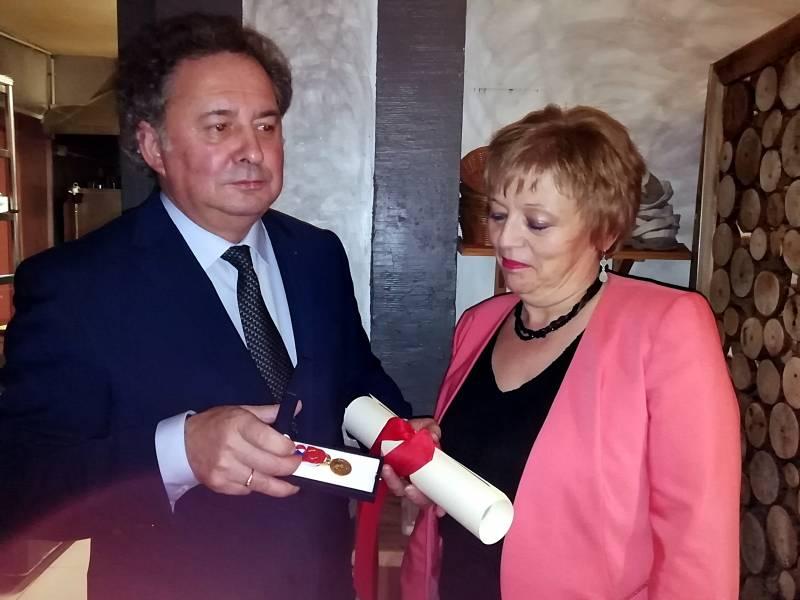 Josiane Claudel a reçu sa médaille des mains de Yves Raggazzoli lors d'une sympathique réception au Pub.