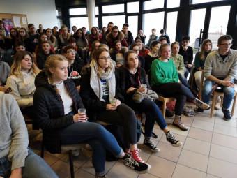 L'ensemble des lycéens étaient conviés à ce débat, même les élèves qui avaient cours étaient autorisés à se libérer pour y participer.