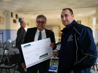 Francis Perrin (à droite sur la photo) a reçu officiellement un chèque de 15 000 € lors de l'assemblée générale de HVI.
