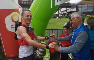 Tony Viard en compagnie de Michel Lavest d'Athlé Vosges, toujours sur la ligne pour accueillir les coureurs et les coureuses !