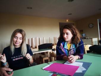 Flavia (à gauche), stagiaire italienne, et Camille Odasso, responsable de la communication de l'académie.