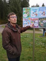 Cyrille Carru du service des sports détaille les panneaux.