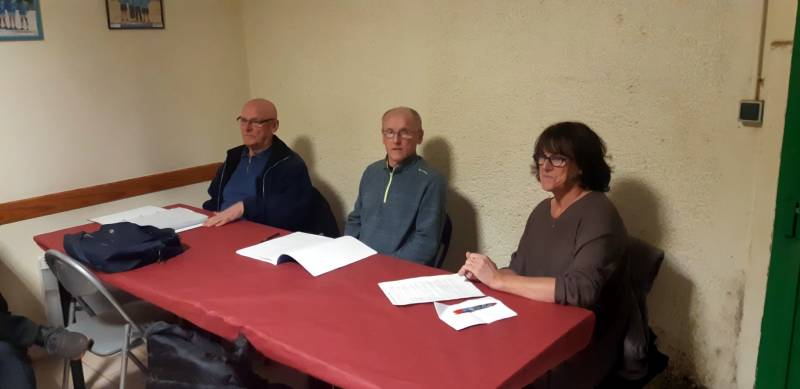 a gauche le trésorier Alain Mougel, au milieu le président Philippe Renaudin et l'adjointe aux sports madame Nadine Bassiere.