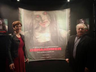 La conseillère régionale Sylvie d'Alguerre et Pierre Sachot devant l'affiche textile fabriquée par Garnier Thiébaut.