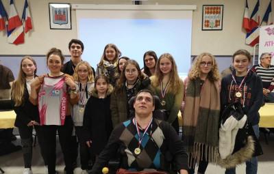 Sarah Vieuille en compagnie des jeunes du club présent lors de l'assemblée générale.