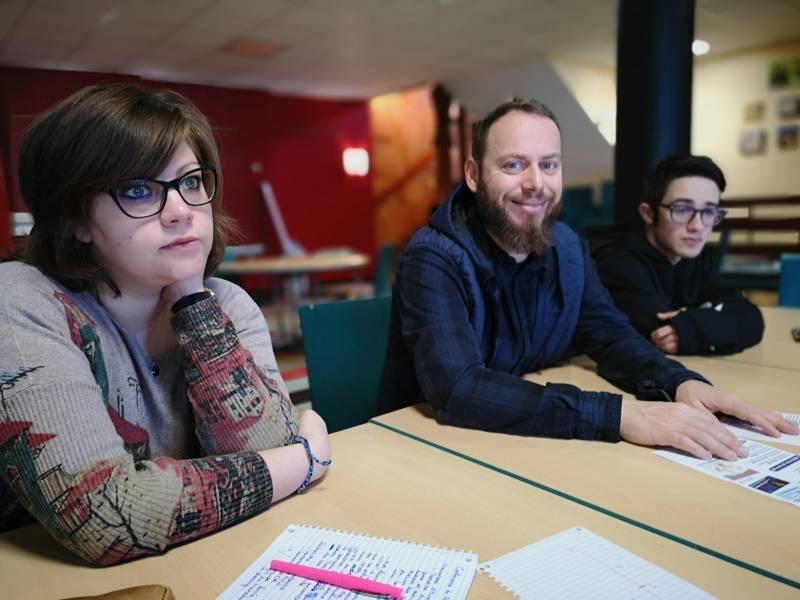 Le responsable du secteur jeunes Julien Thibault entouré de Pauline Luezas et Jessy, stagiaire de 3ème.