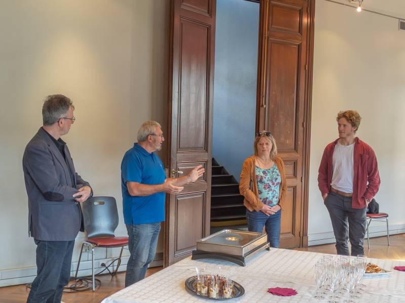 Le président de l'Office de Tourisme, Hervé Badonnel, et le directeur, Bruno Poizat, félicitent Catherine Claudel (accompagnée de son fils Titouan) pour son départ en retraite.