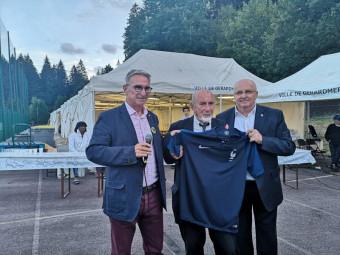 Maillot 2 étoiles dédicacé par les joueurs de l'équipe de France pour ce président 3 étoiles.