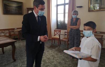 ici en compagnie de sa maman et du maire de Gérardmer, Nathéo a notamment tenu à remercier son ancienne maîtresse Mme Nicolas qui lui a donné le gout de l'école.