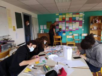 Des stagiaires en pleine phase de préparation de leur projet de fin de stage.