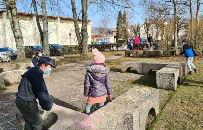 Les enfants préparent le jeu de l'oie géant derrière la MCL...