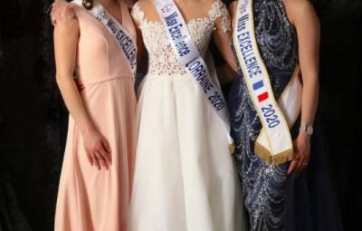 Gwenaëlle entourée de Mélissa Jacquot (miss excellence Lorraine 2019) à sa droite, et à sa gauche de Leana Amann (miss excellence France 2020).