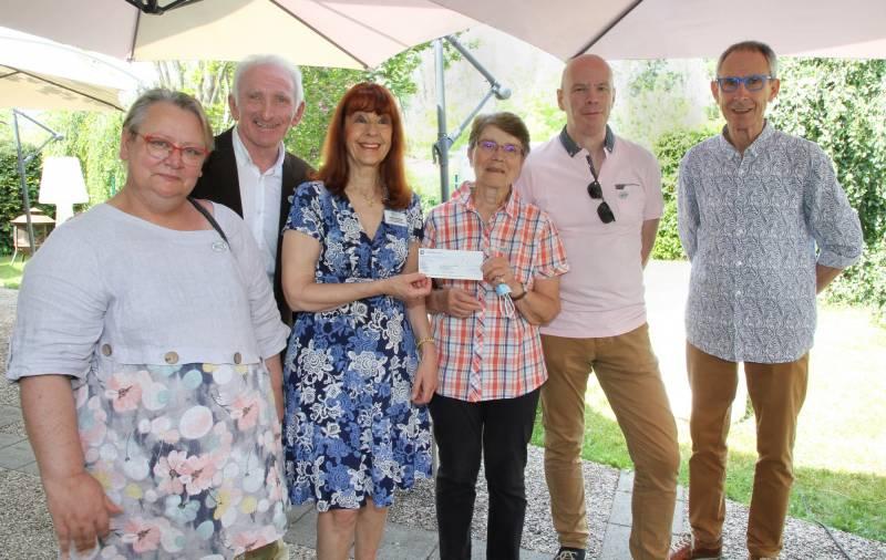 Florence Malaise LCIF reçoit le chèque du club service.