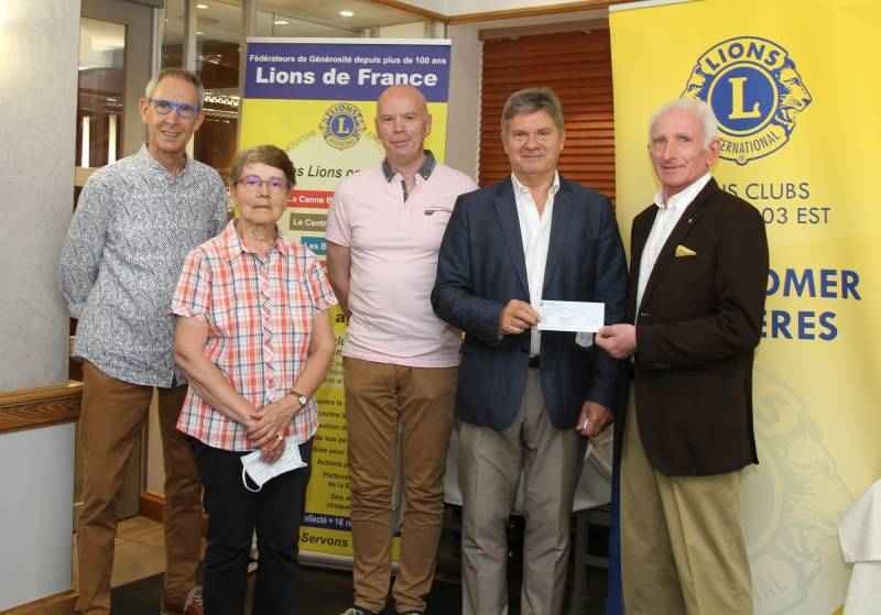 Le président du Lions Club Bernard Masson remet un chèque au Professeur CHASTAGNER