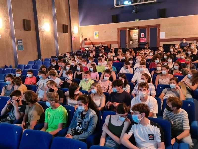 On finit l'année au ciné : les élèves tiennent à remercier leurs enseignants et Loîc Moresi de la MCL pour l'accueil qui leur a été réservé !