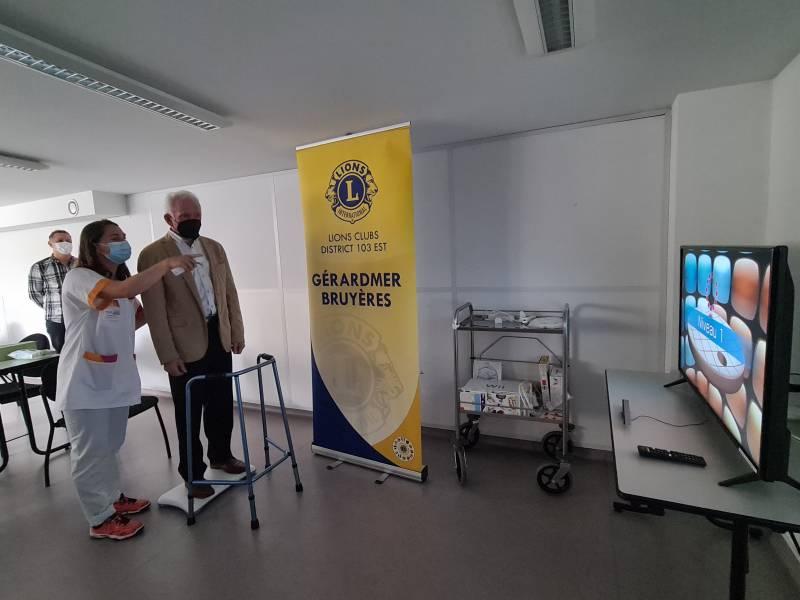 Le président du Lions club Bernard Masson teste la Wii en compagnie de Loana Vassel.