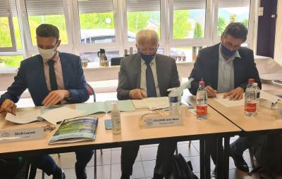 Laurent Belin, Jean-Marc Villemin et Eric Lazzaroni lors de la signature de la convention entre la Haie Griselle et la FFS.