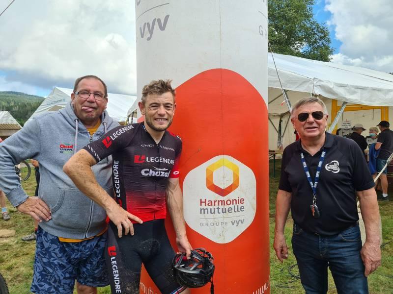 Steve Chainel en compagnie de son père et de Jean-Claude Ruer du VSG.