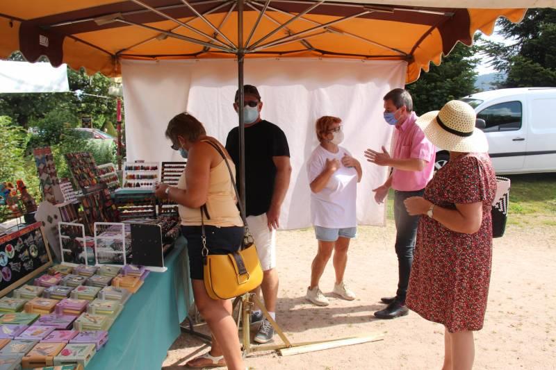Le maire a effectué sa traditionnelle visite du site en fin de matinée en compagnie des Artisans de la vallée des Lacs.