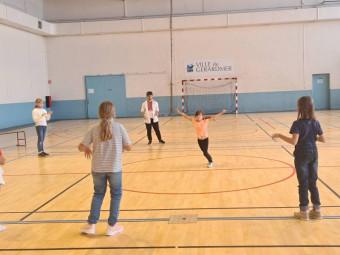 Les enfants de la MCL en compagnie de Jessy qui ls a initiés à la danse hi hop.