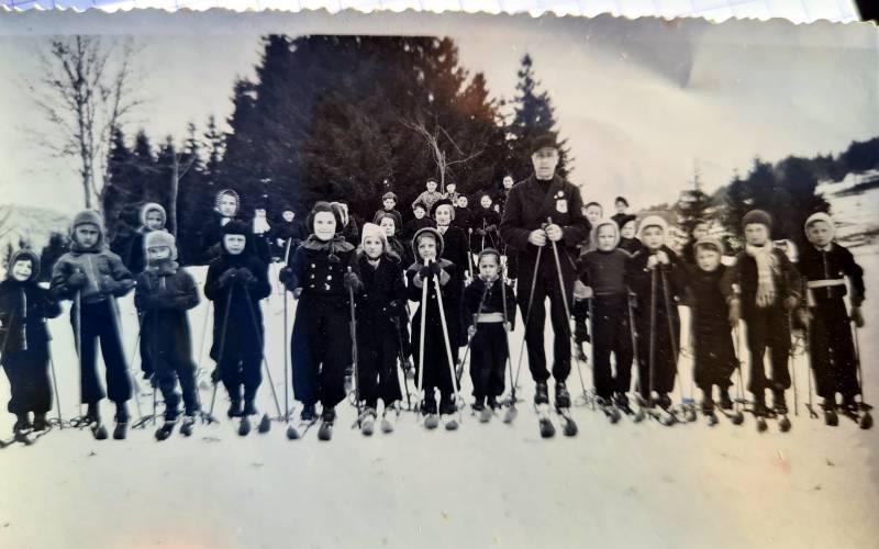 Petit cours de ski en compagnie de Henri Millan. photo : merci à