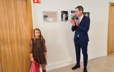 Lana, petite fille de Jean Grossier a dévoilé la plaque en hommage à son grand-père et lu le texte qui l'accompagne.