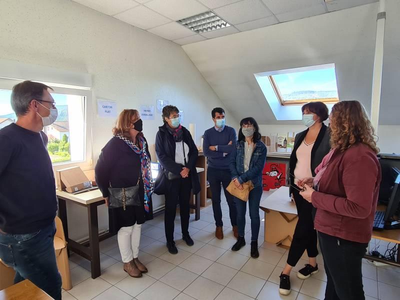 Mme la sous-préfète Carole Dabrigeon (au centre) lors de sa visite au CFA papetier de Gérardmer ce jeudi.
